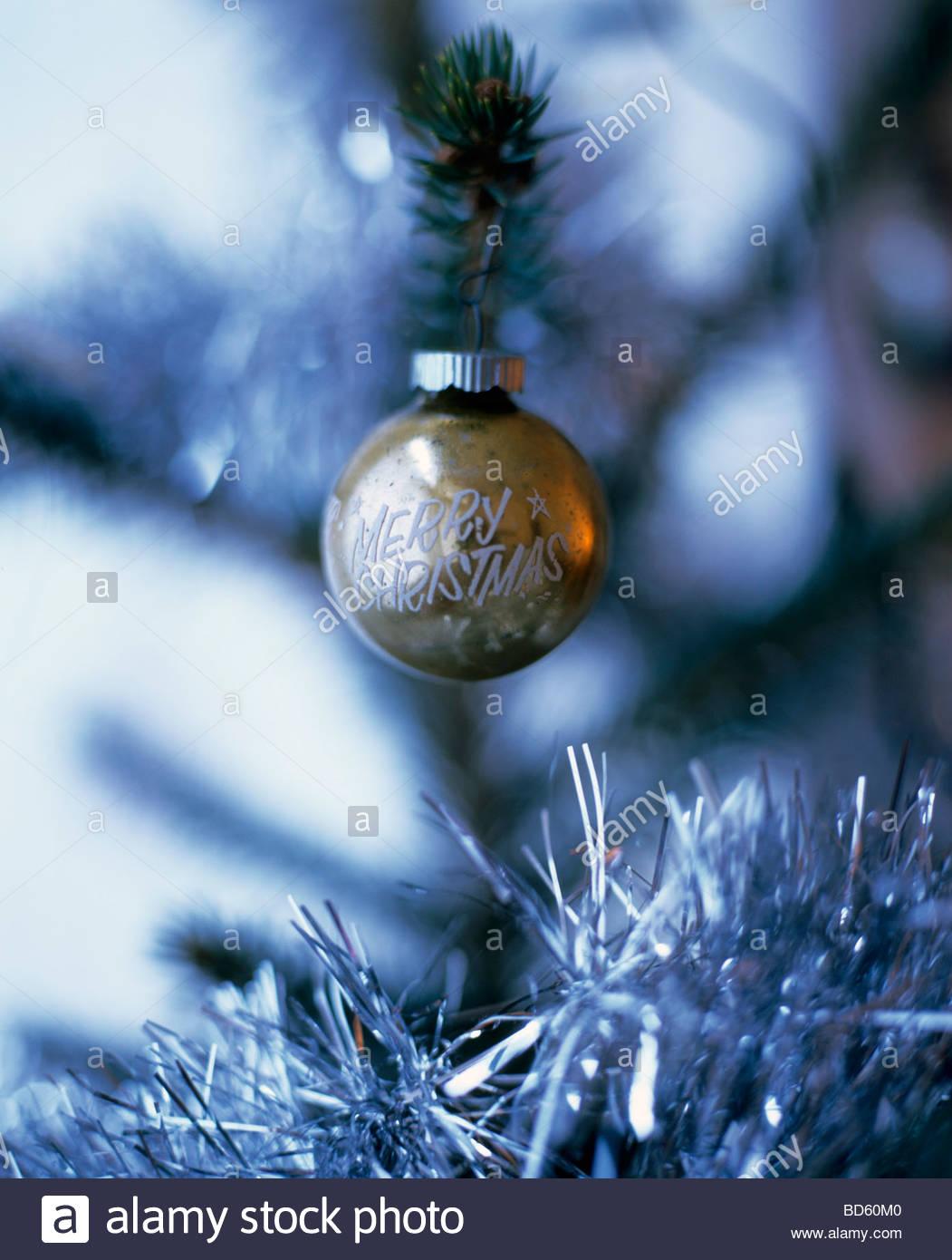 """Adornos de Navidad con las palabras """"Merry Christmas"""" en el árbol Imagen De Stock"""
