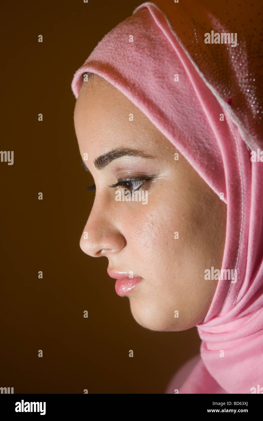 Perfil de una joven mujer musulmana Imagen De Stock