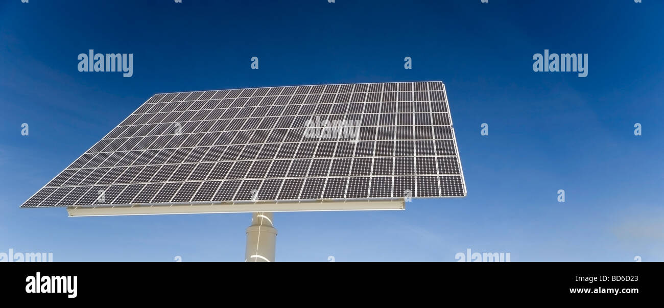 Panel solar contra el cielo azul bueno para cuestiones tales como la contaminación del aire energías renovables Imagen De Stock
