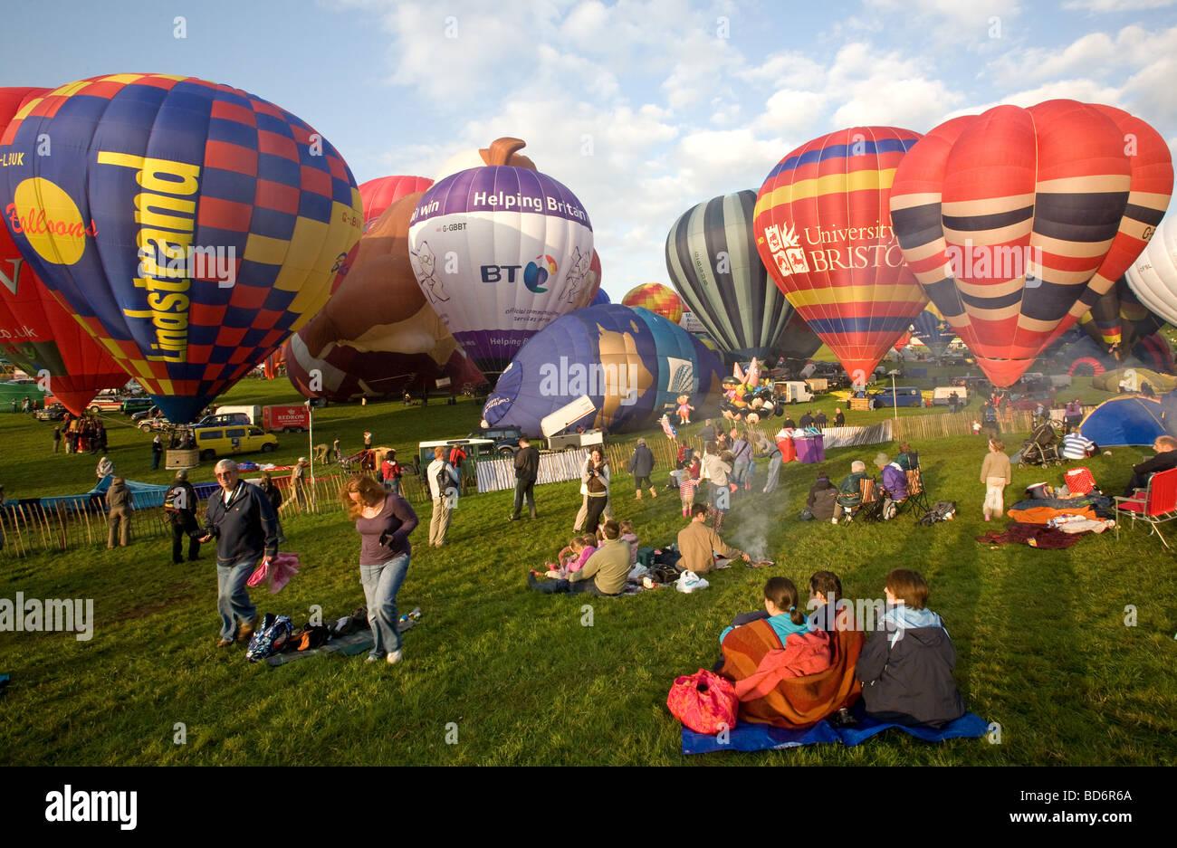 Bristol Hot-Air Balloon Fiesta 2009 temprano en la mañana, preparándose para el despegue de globos con espectadores Foto de stock