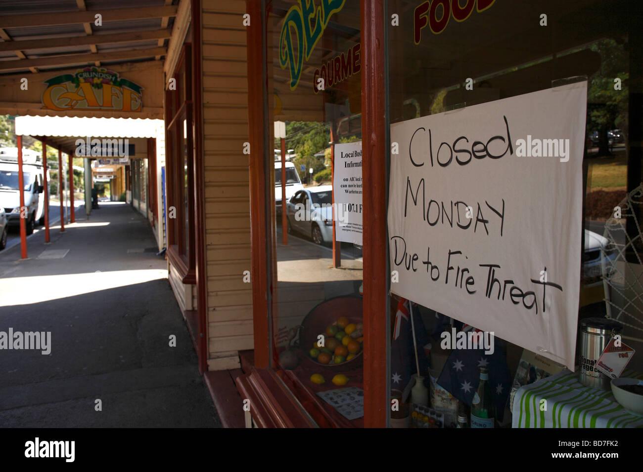 Aviso de amenaza de incendio escritos a mano sobre cristal escaparate Warburton Victoria Australia Imagen De Stock