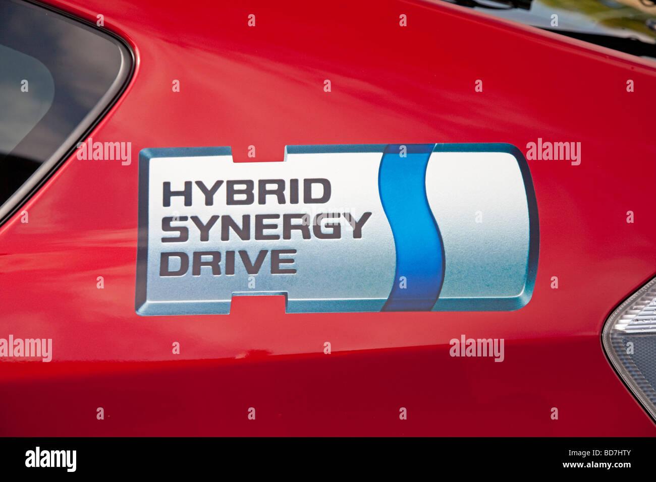 Hybrid Synergy logo rojo en la puerta del Toyota Prius híbrido T3 coche aparcado Cheltenham UK Imagen De Stock