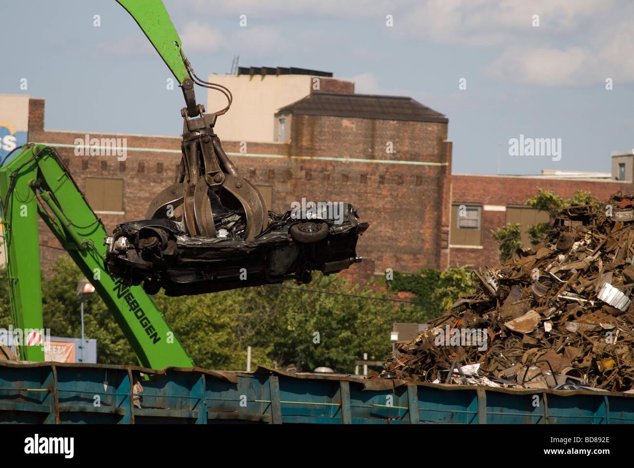 Automóviles en un reciclador de chatarra en Newtown Creek separando los condados de Brooklyn y Queens en Nueva Imagen De Stock