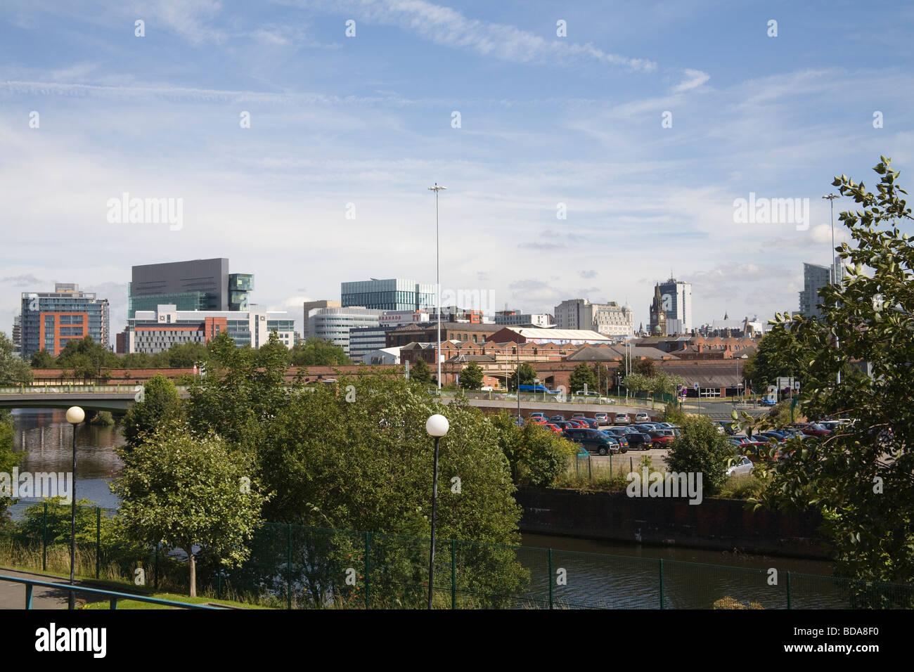 Manchester, Inglaterra Vista a través de río Irwell a edificios altos rascacielos en el centro de la ciudad Imagen De Stock