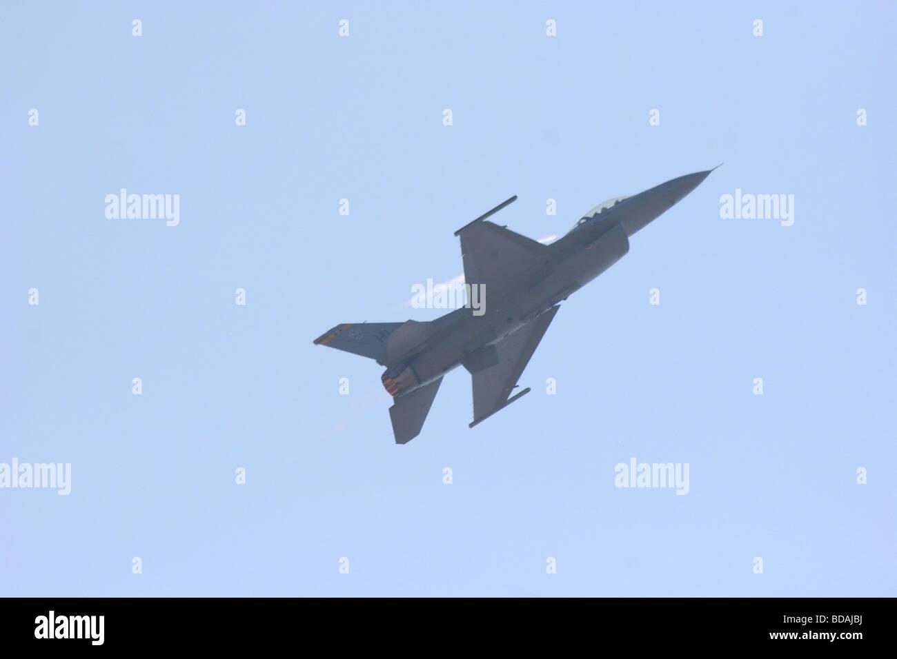 F-16 Falcon lucha realizando una escalada con afterburner en Abbotsford International Air Show 2006 Foto de stock