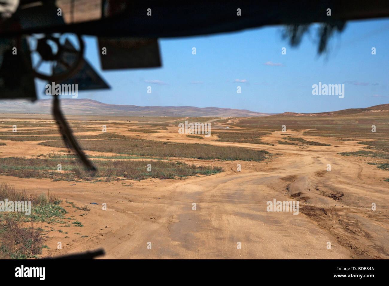 Vía pública mongola, visto desde una furgoneta del viajero, al norte de Mongolia central Foto de stock