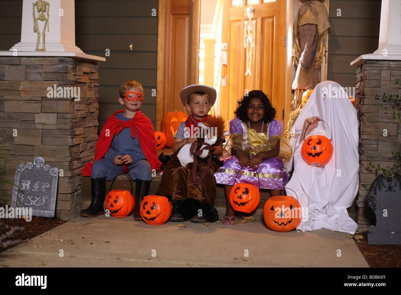 Grupo de niños en disfraces de Halloween Imagen De Stock
