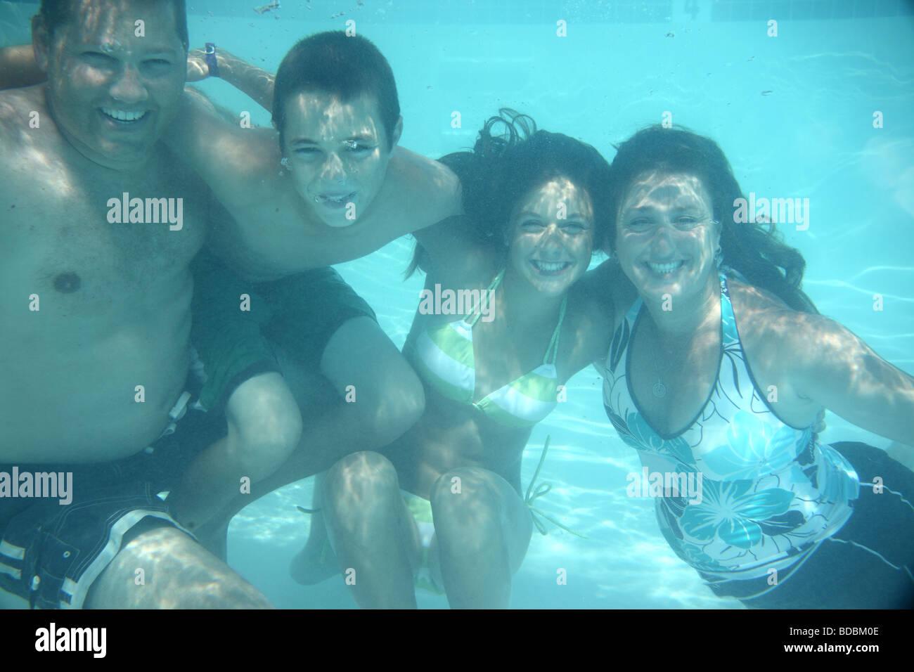 Familia de cuatro bajo el agua. Imagen De Stock