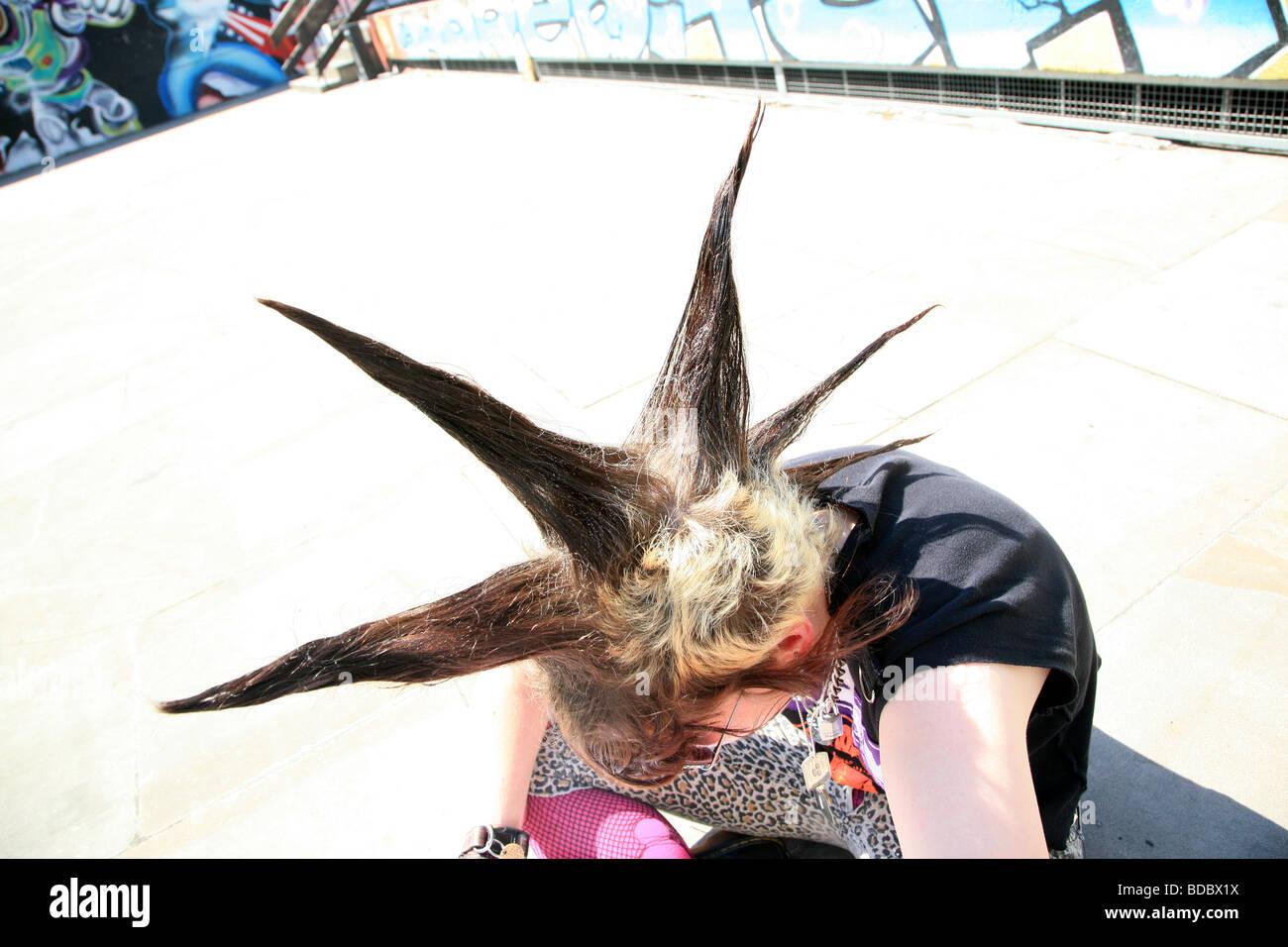 """Una chica punk """"Rae Ray motines' con un gran supervivientes, Shoreditch, Londres, Reino Unido .2009 Foto de stock"""