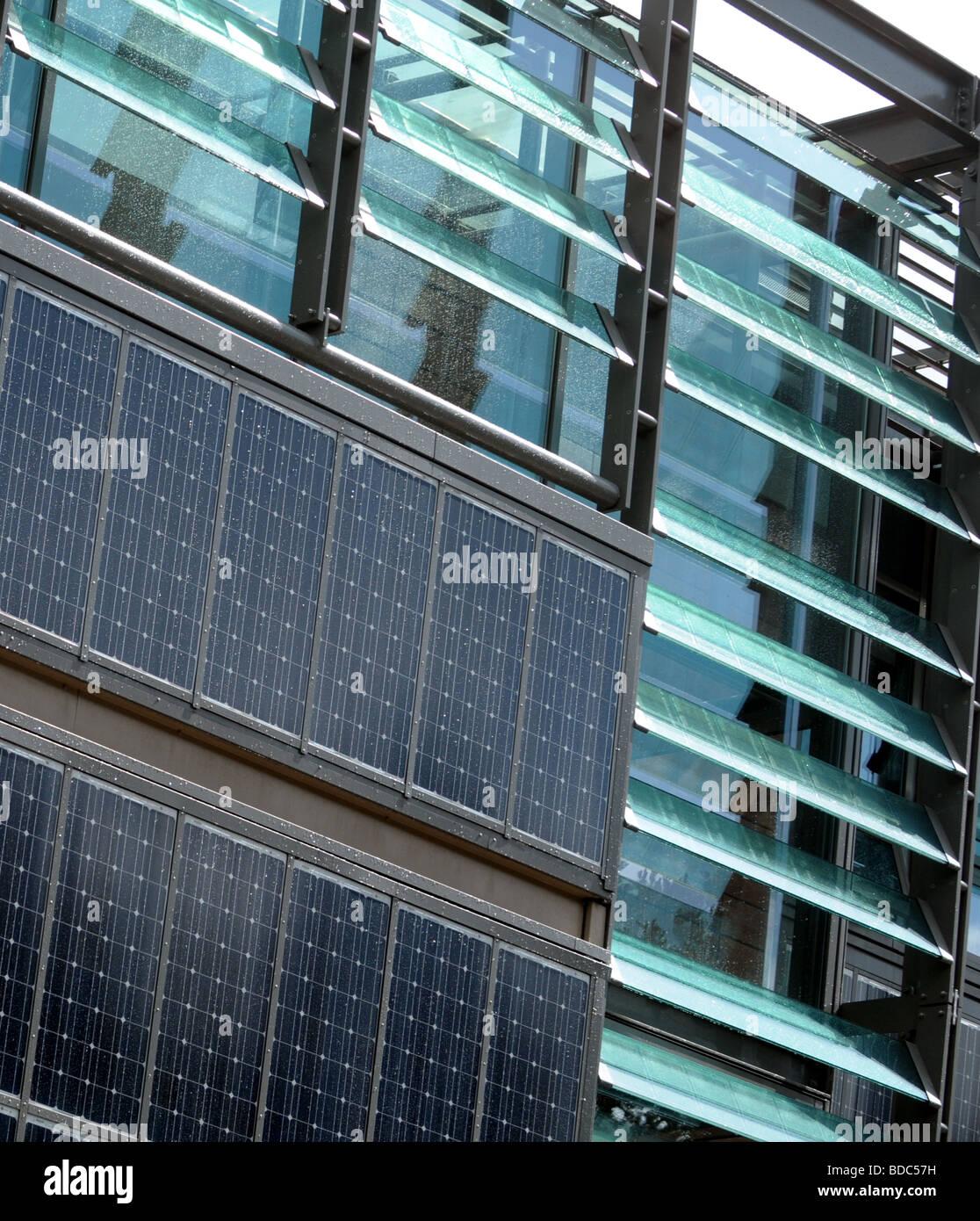 Paneles solares en un edificio en Edimburgo. Imagen De Stock
