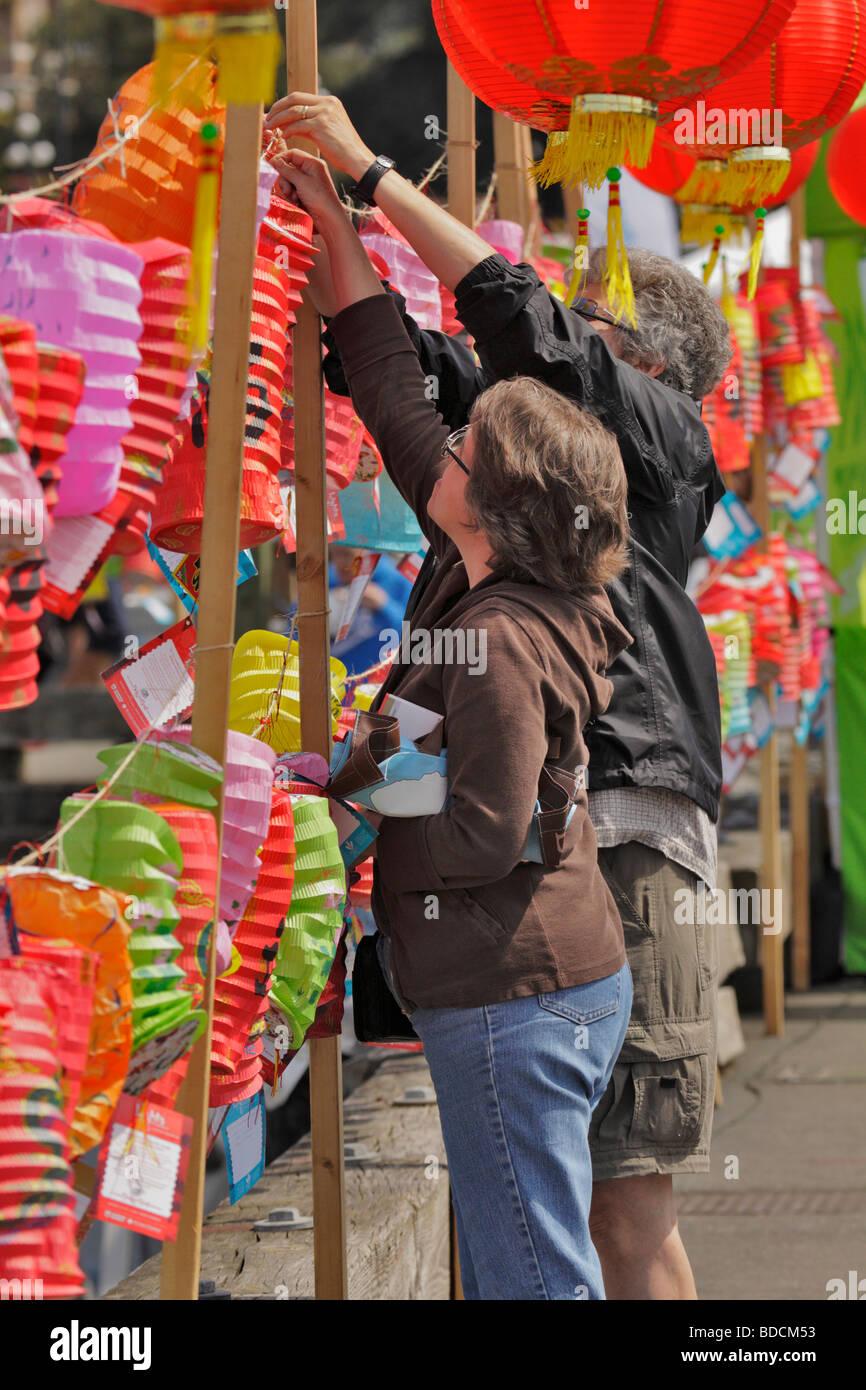 Par de linterna para luces colgantes de valentía cáncer homenaje en Dragon Boat Festival-Victoria, British Columbia, Foto de stock