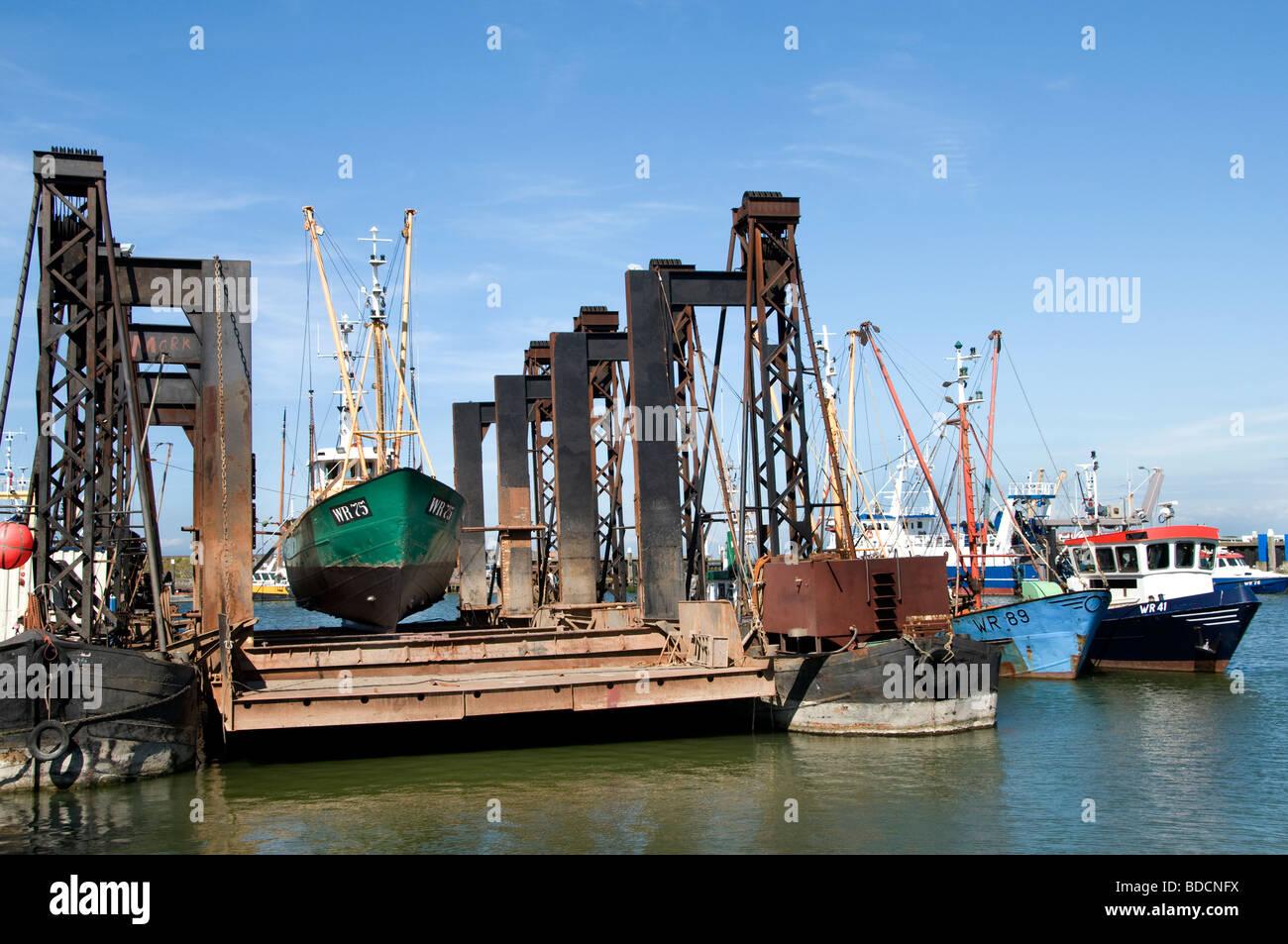 Den Oever Holanda pesca de arrastre dry dock flotante astillero de Puerto de Mar de Wadden Waddenzee wad Foto de stock