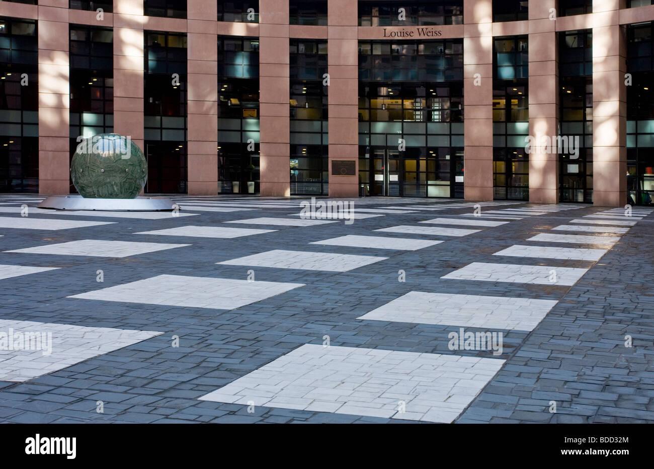 Entrada asfaltada perspectiva al edificio del Parlamento europeo Estrasburgo, Francia Imagen De Stock