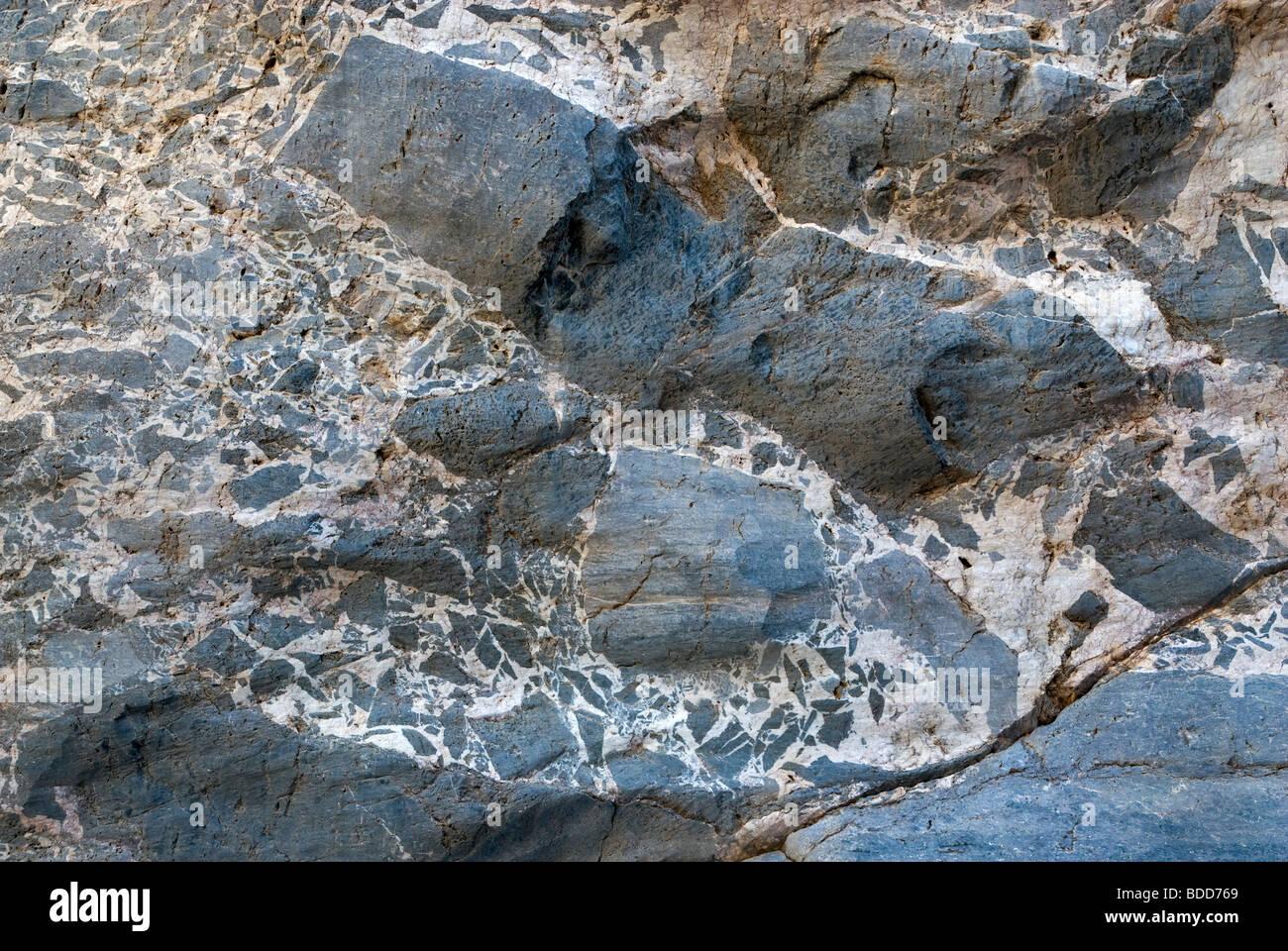 Patrones en las paredes de roca caliza en el estrecho de Titus Canyon, el Parque Nacional Valle de la Muerte, California, EE.UU. Foto de stock