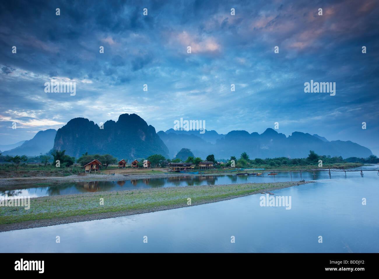 Amanecer sobre las montañas y el río Nam Song en Vang Vieng, Laos Imagen De Stock