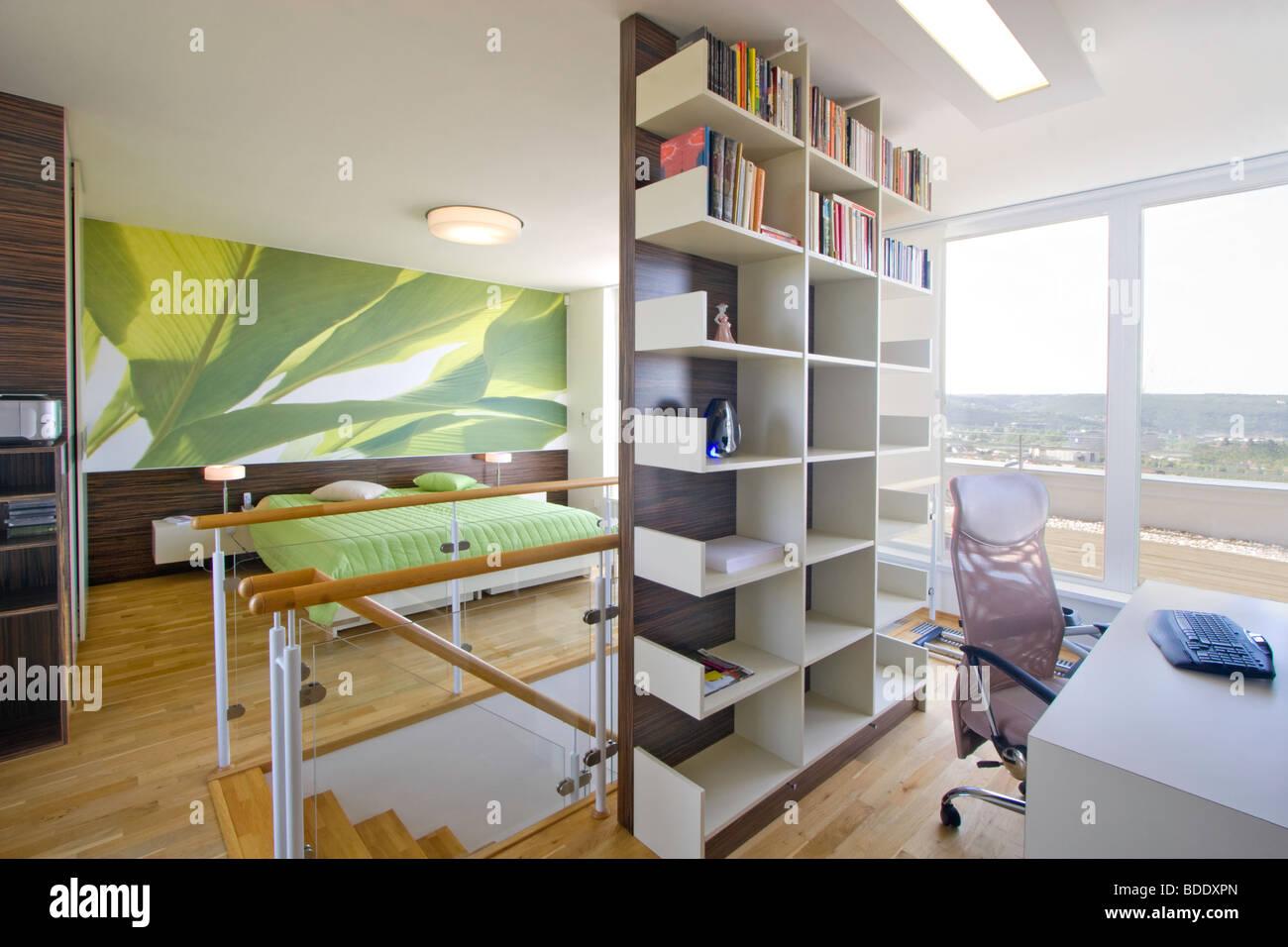 Dormitorio y estudio en casa moderna Imagen De Stock