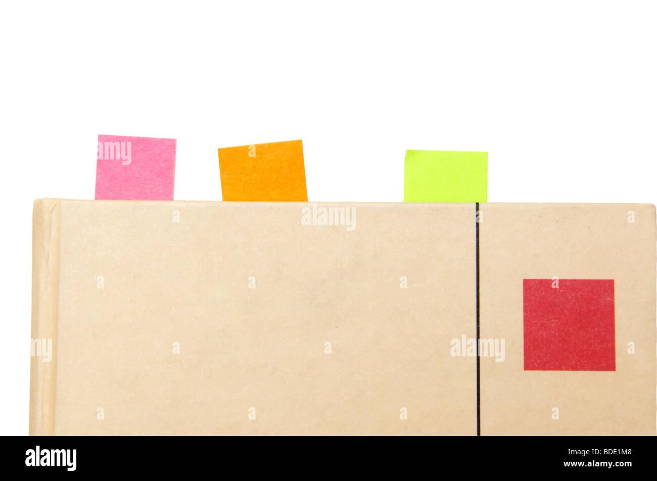 Reserve con marcadores pegajoso, sobre fondo blanco. Imagen De Stock