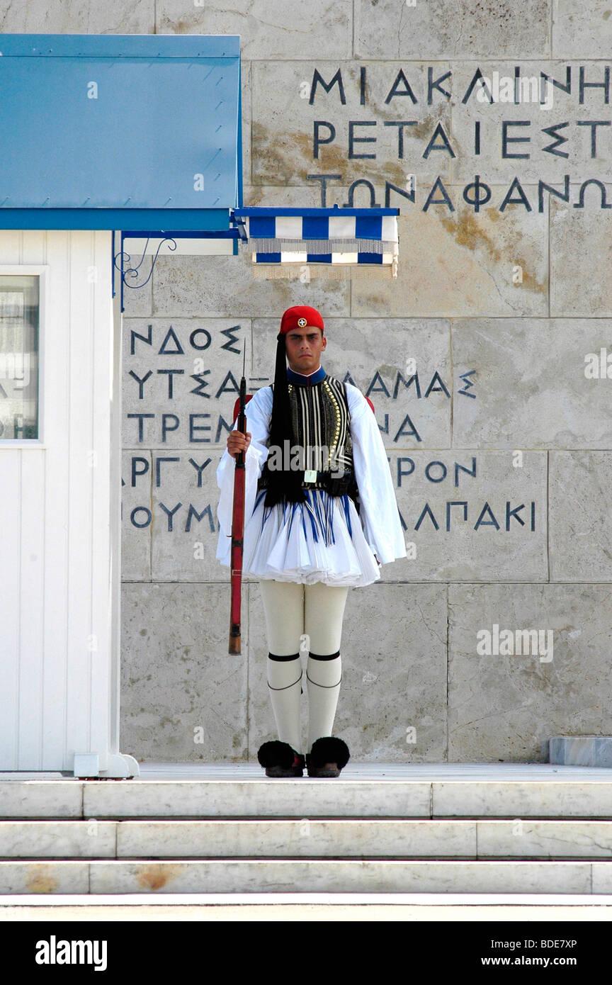 O Evzon Tsolias que custodiaban la Tumba del Soldado Desconocido en la Plaza Sintagma , Athens Foto de stock