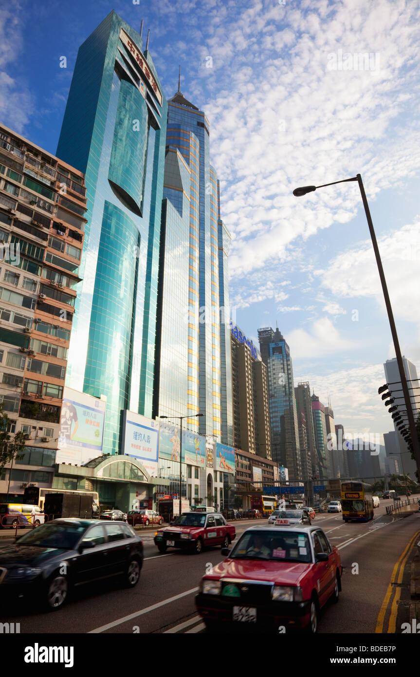 Tráfico en frente de edificios altos en Causeway Bay, Hong Kong, China. Imagen De Stock