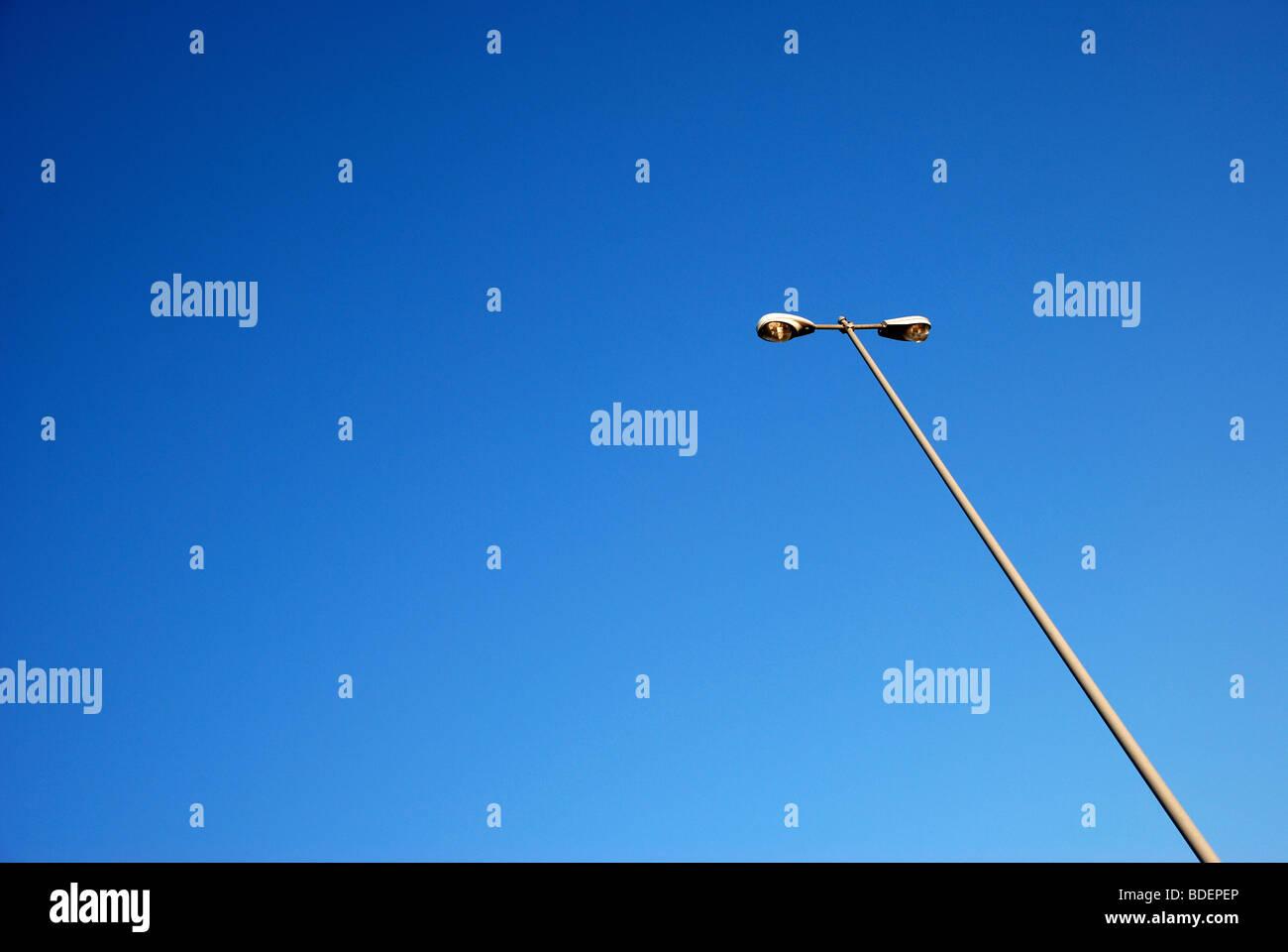El resto son postes de la luz contra el cielo azul Imagen De Stock