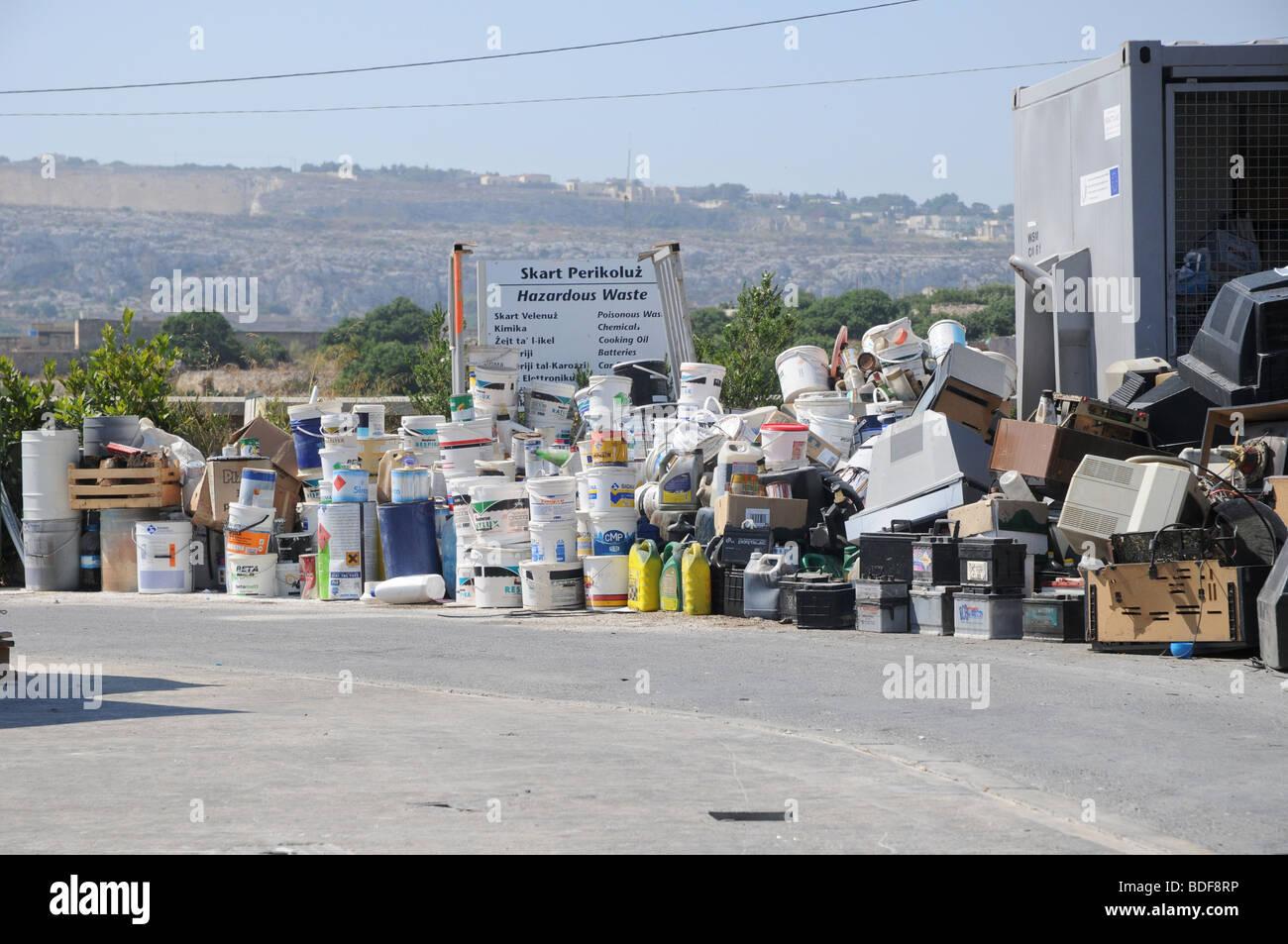 Cubos de pintura y contenedores de combustible listo para ser reciclados en una planta de gestión de residuos Imagen De Stock