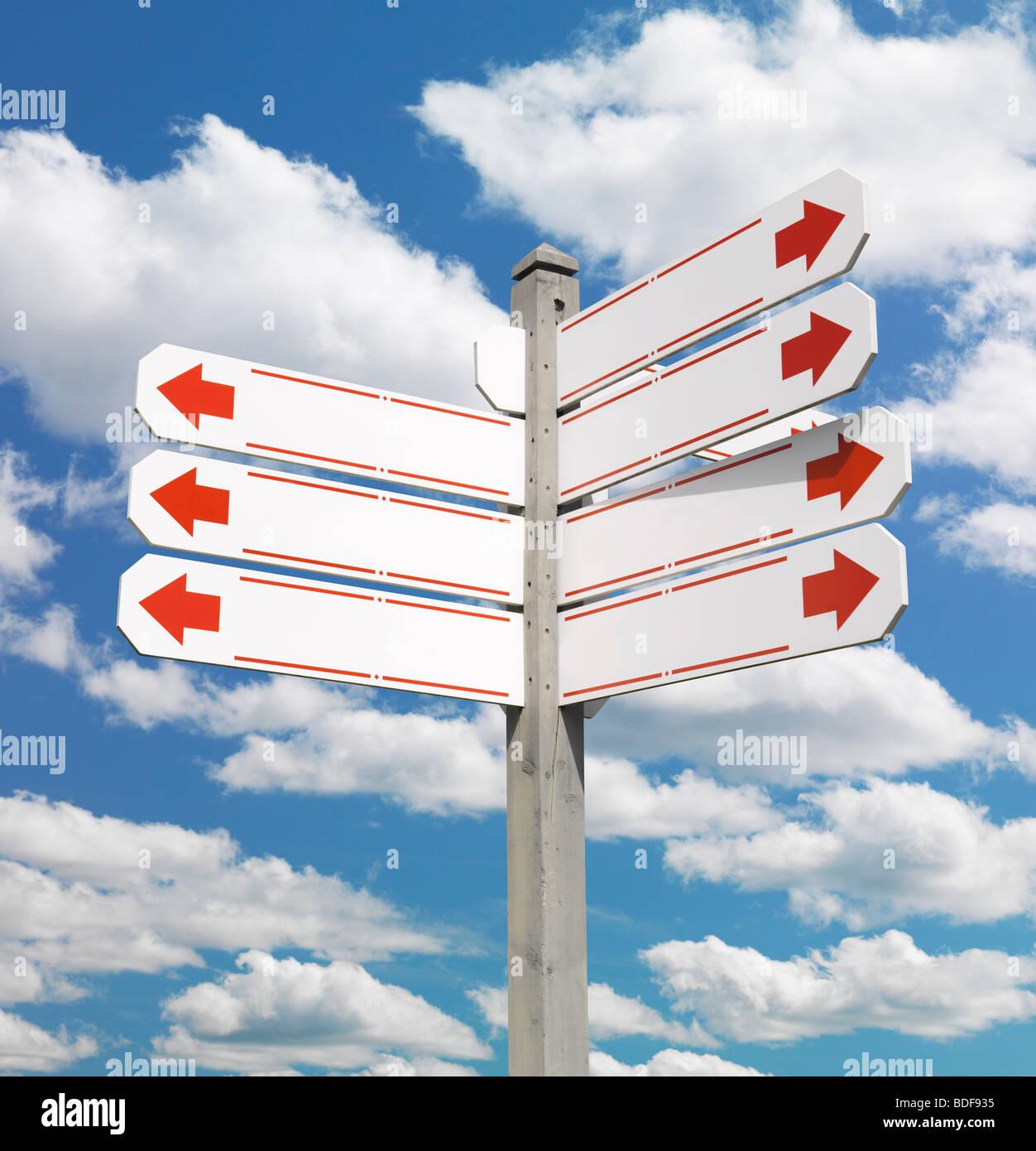 Dirección signpost sobre cielo azul Imagen De Stock