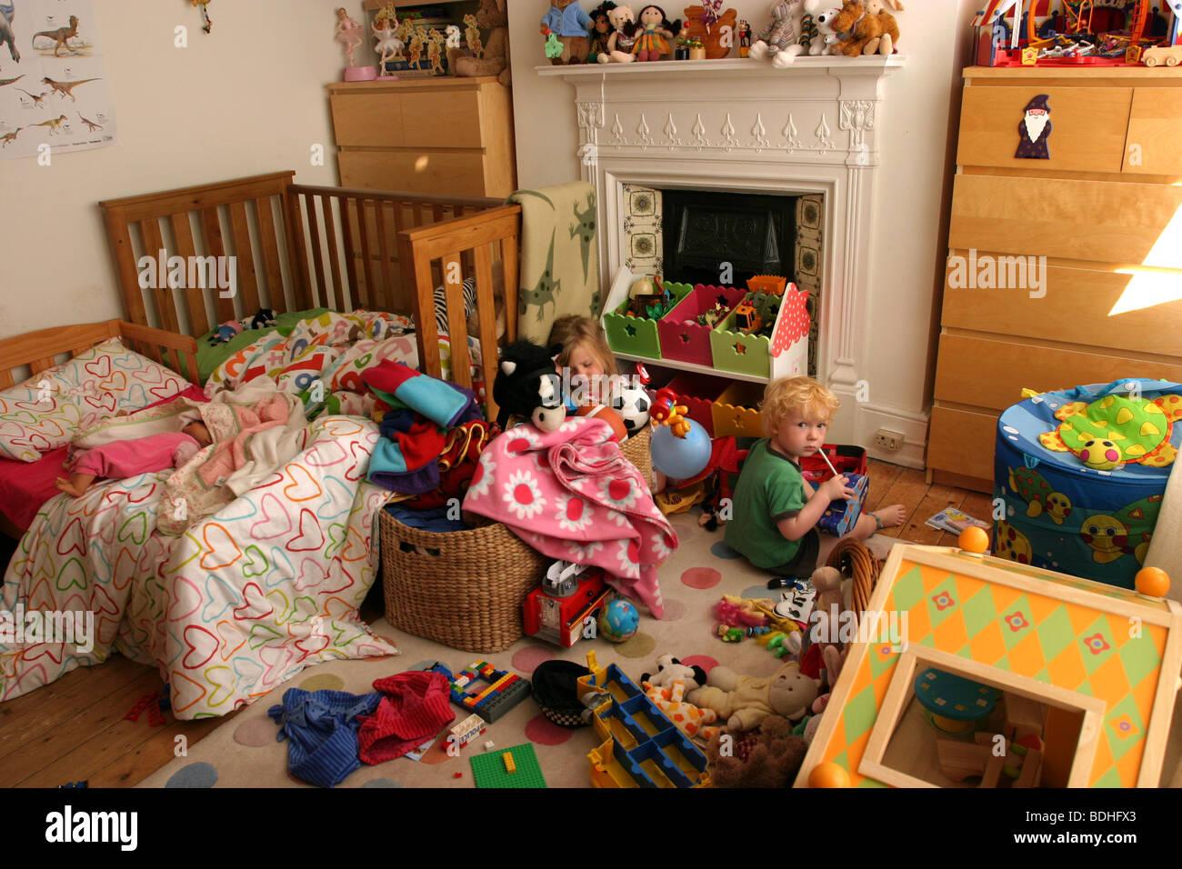 Hermano y hermana compartir dormitorio Imagen De Stock