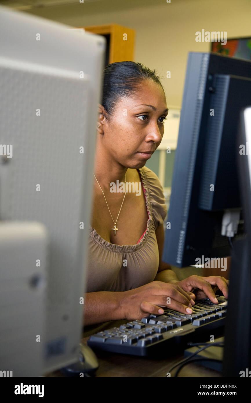 Selena Pina, una madre de cuatro niños sin hogar, asiste a clases de la potenciación del papel de la mujer en los Foto de stock