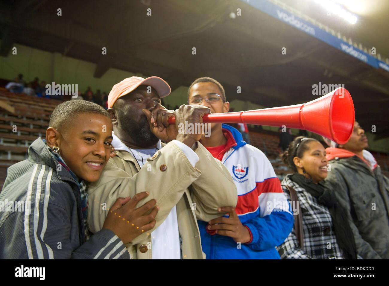 Hinchas de fútbol con VUVZELA, Newlands Stadium, en Ciudad del Cabo, Sudáfrica Imagen De Stock