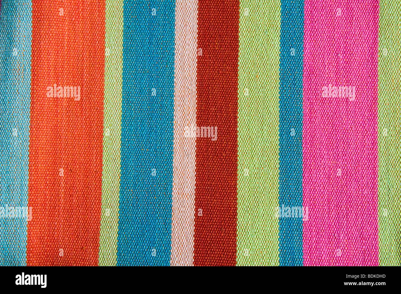 Stripey coloridas telas de algodón - reminiscencia de lona para tumbonas. Imagen De Stock