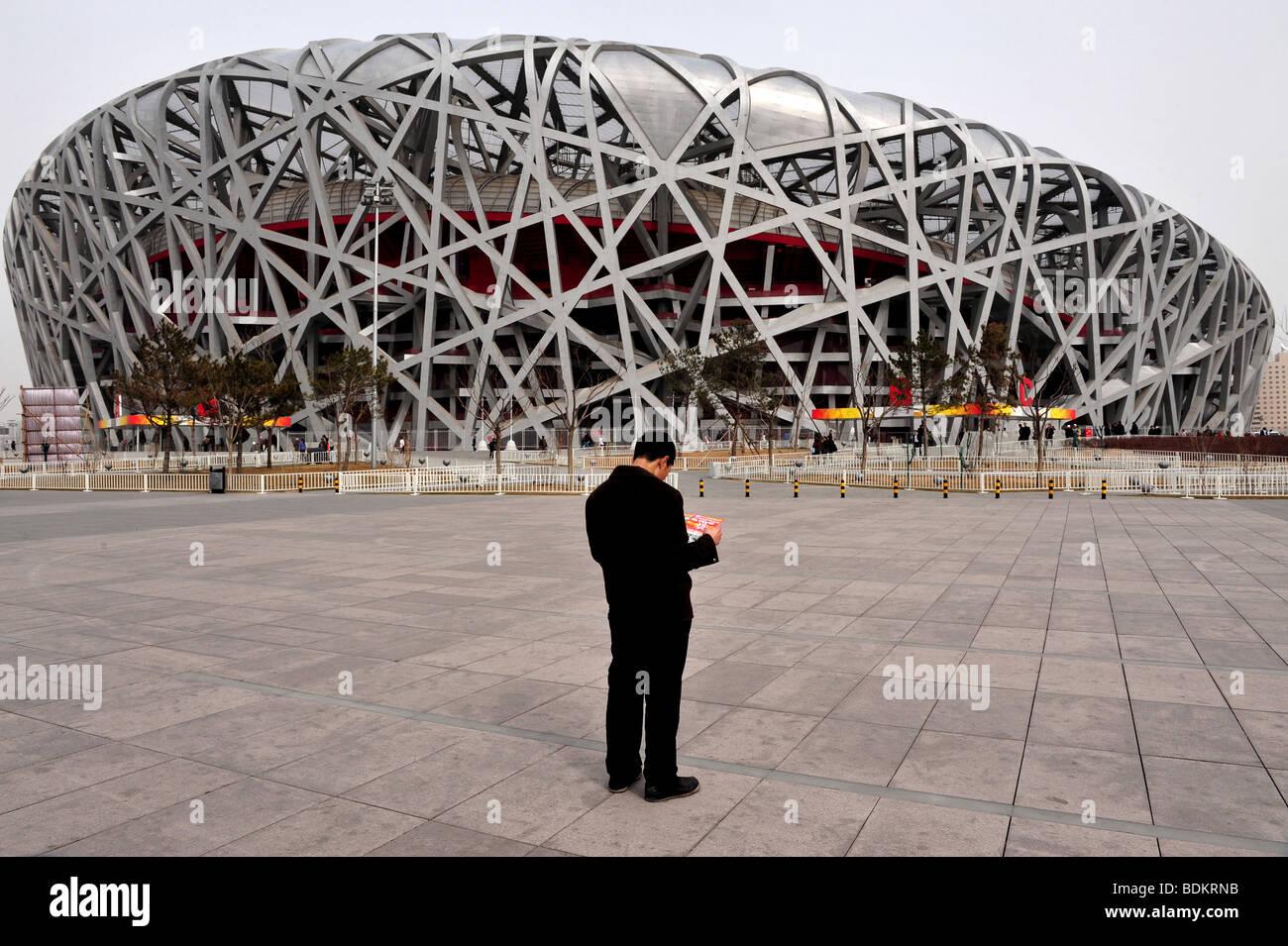 Hombre chino verde olímpico nacional del estadio nacional Aquatics Centre 2008 Juegos Olímpicos de Verano en Beijing Foto de stock