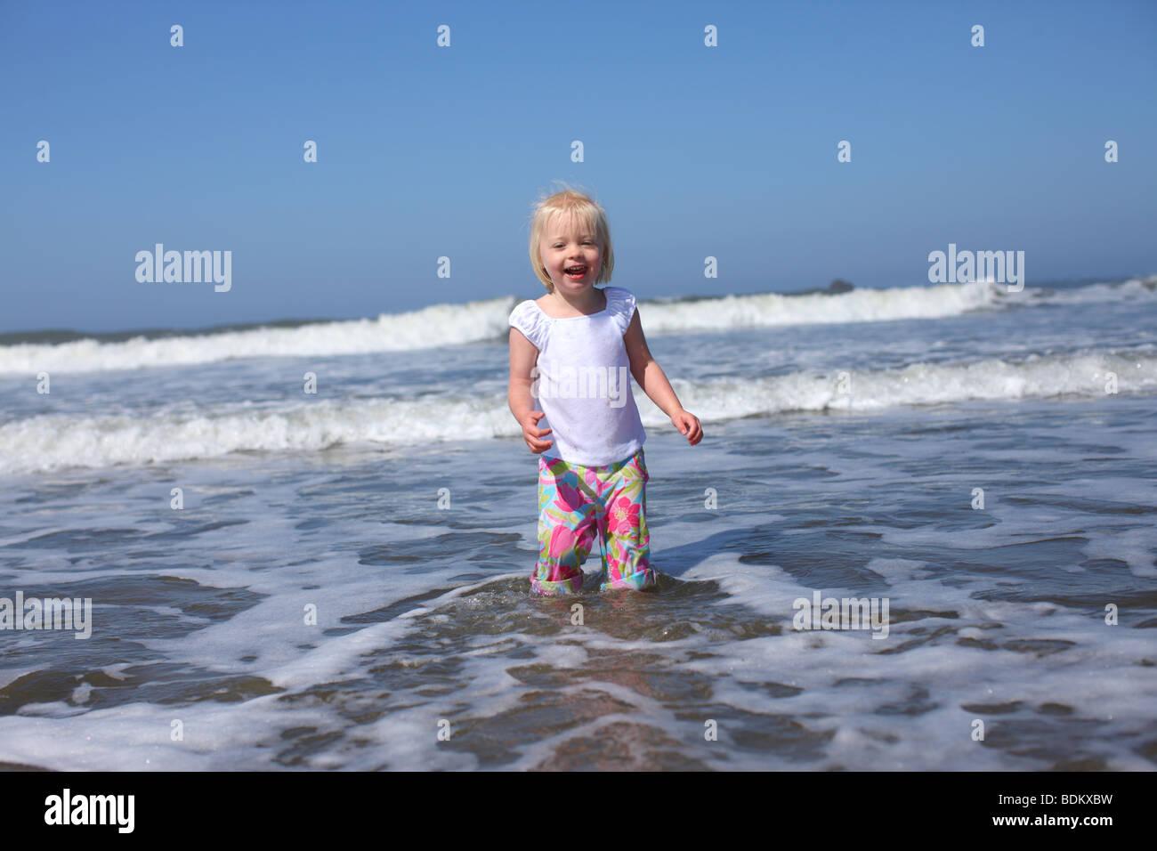 Muchacha en el agua en la playa Imagen De Stock