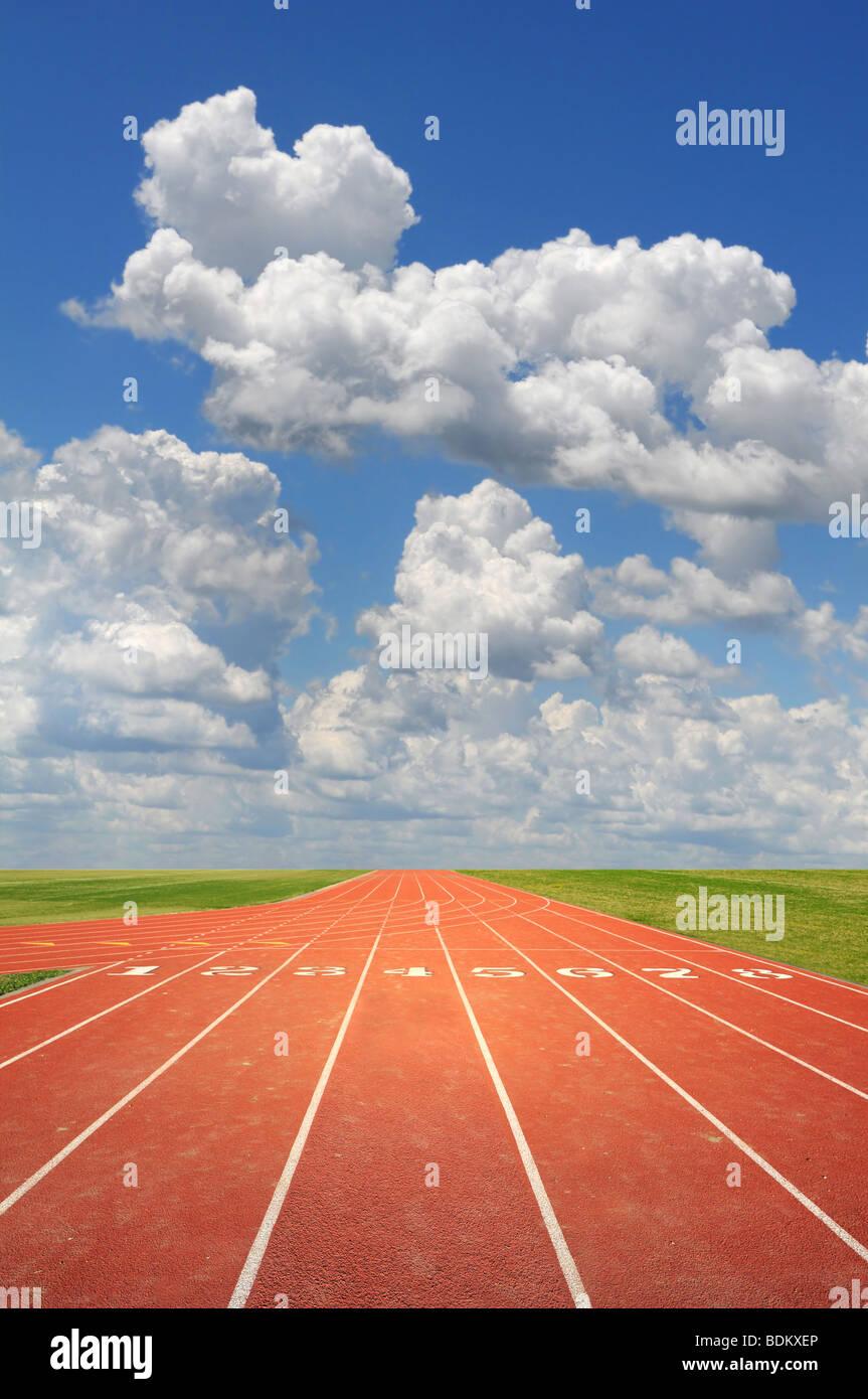 Pista de atletismo olímpico en un día soleado Imagen De Stock