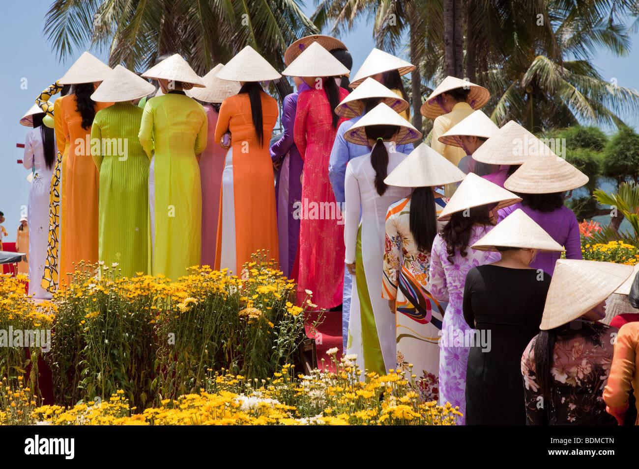 Hermosa mujer vietnamita desfile en traje tradicional Imagen De Stock