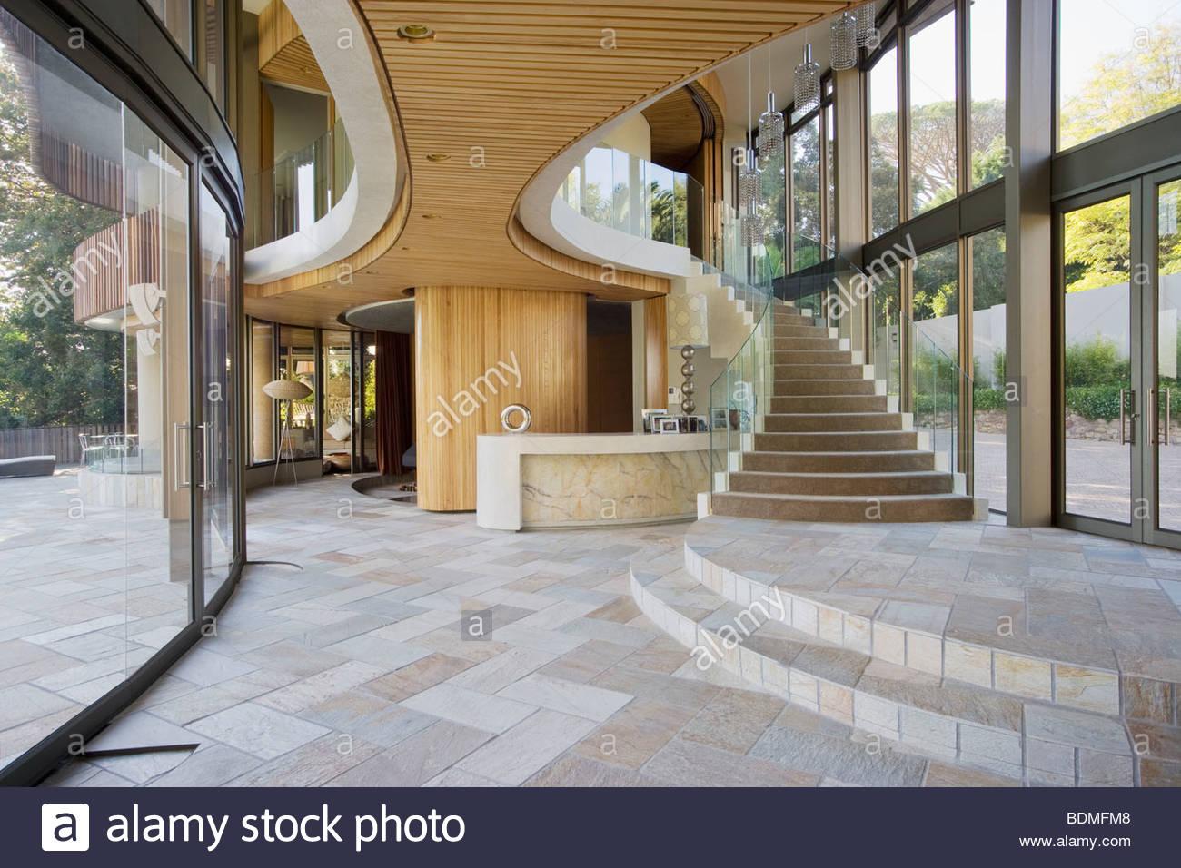 Escalera y entrada de casa moderna foto imagen de stock for Escaleras entrada casa