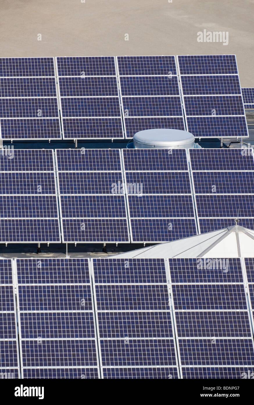 Un alto ángulo de visualización de paneles solares en una industria Imagen De Stock
