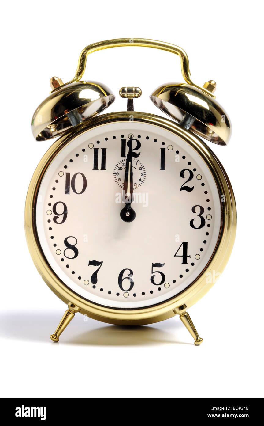 Vintage reloj alarma sobre un fondo blanco. Imagen De Stock