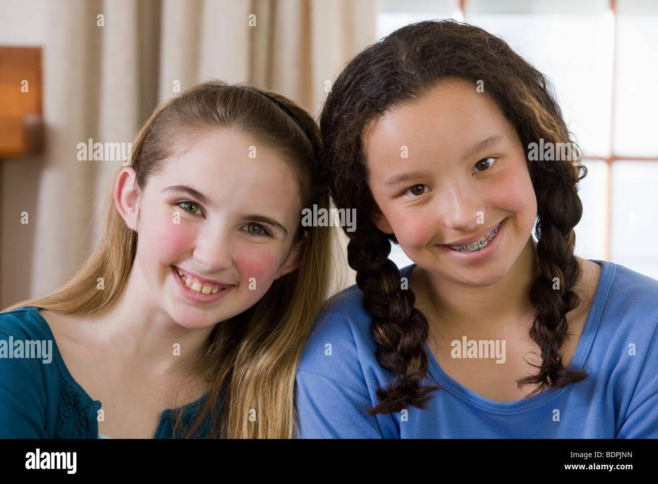 Retrato de dos chicas sonrientes Foto de stock