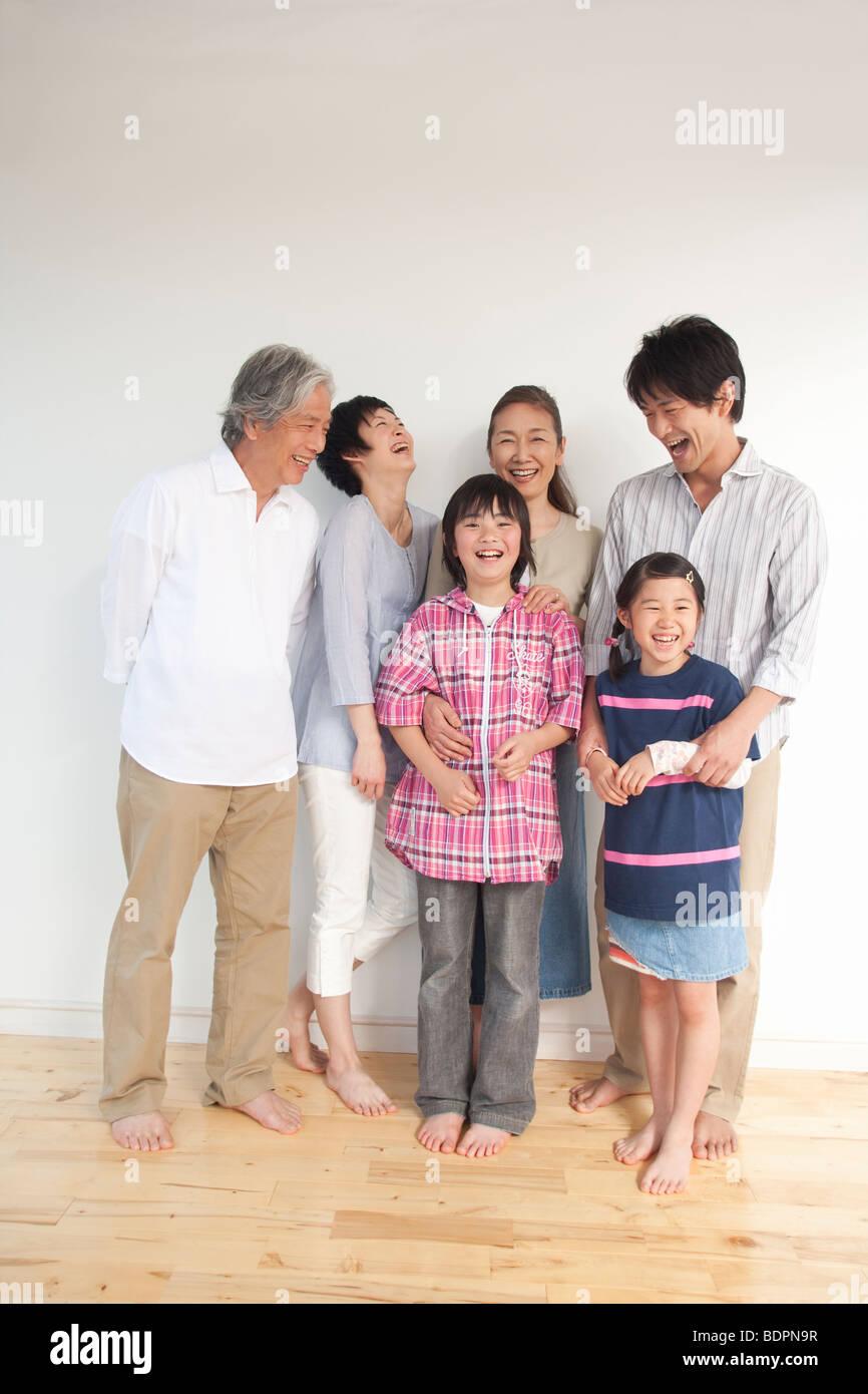 Familia de generación múltiple sonriendo Imagen De Stock