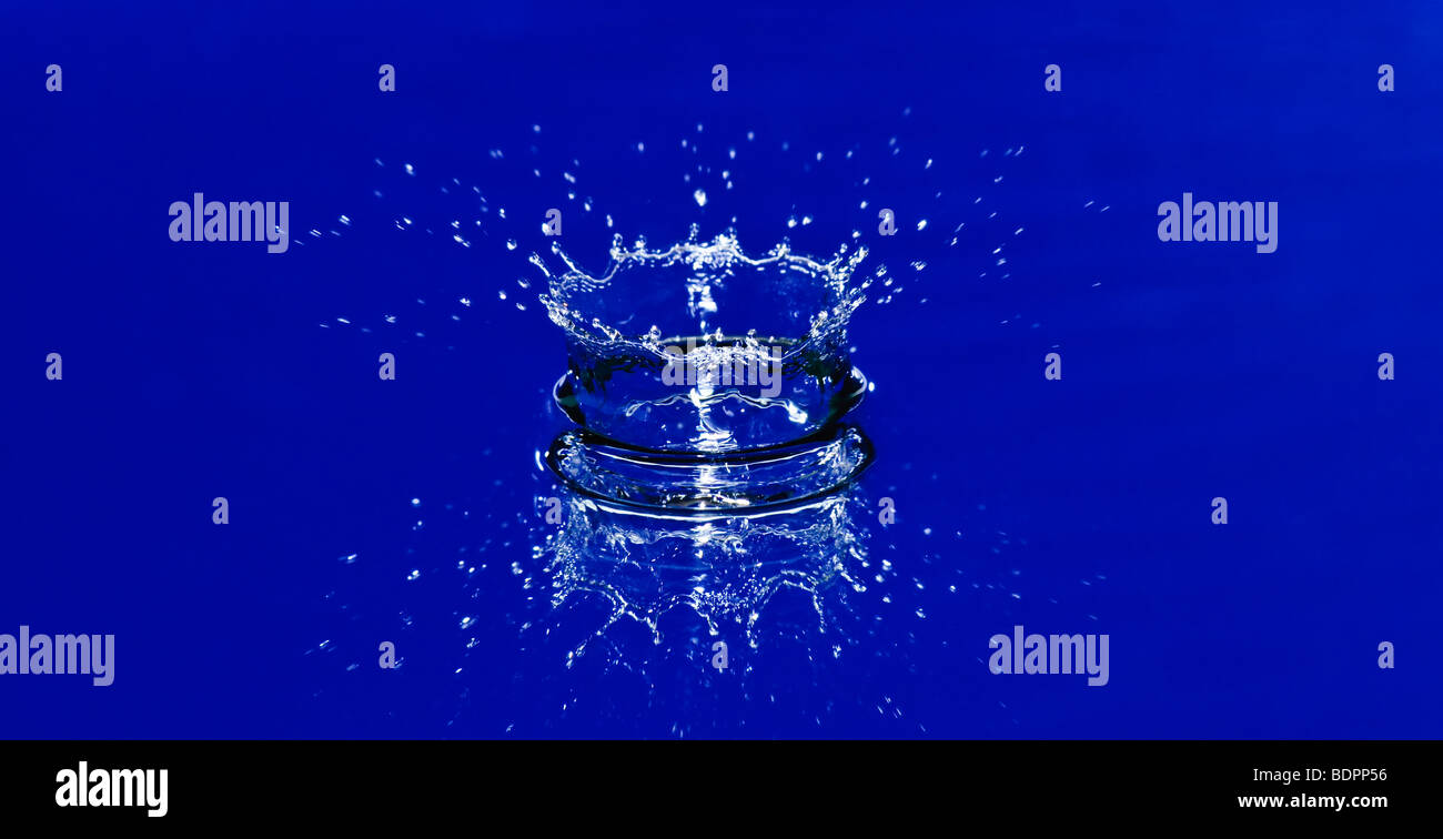 Hermosa corona de salpicaduras de agua azul Imagen De Stock