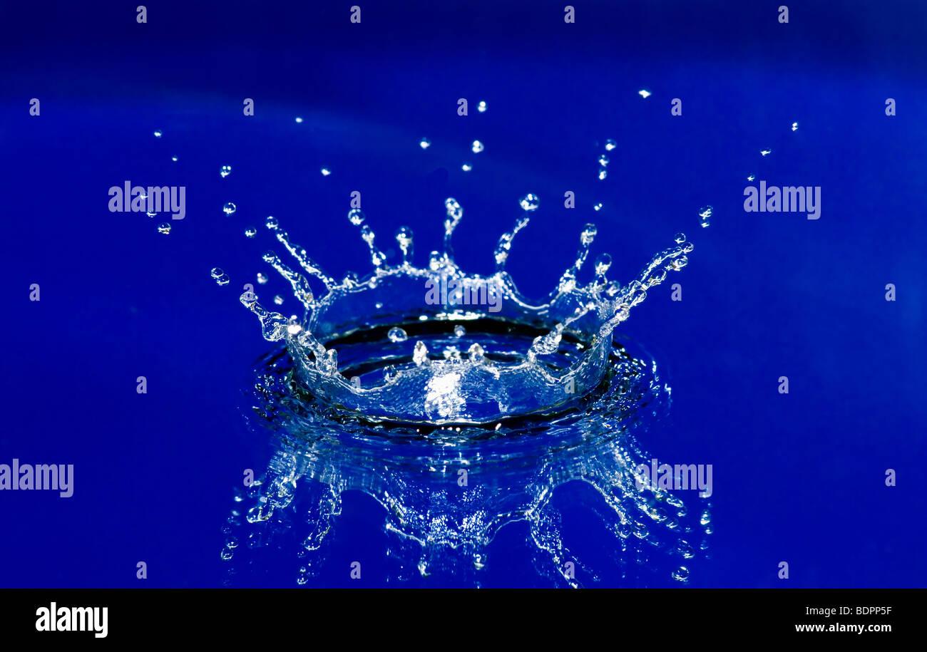 Hermosa corona de salpicaduras de agua azul limpio Imagen De Stock