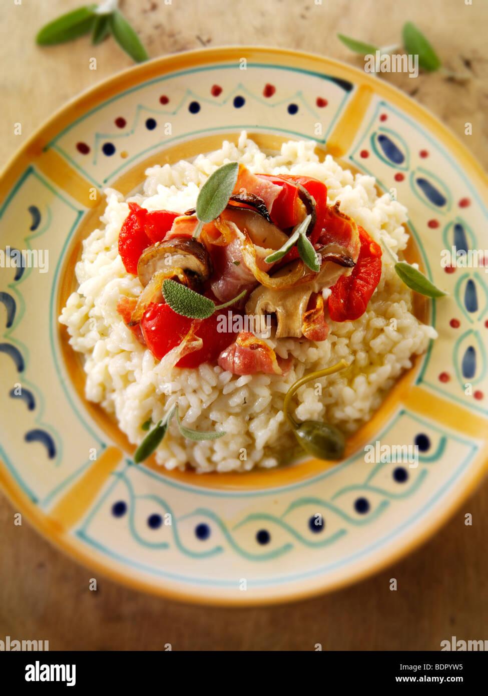 Classic risotto con pimientos asados, verduras y bacon. Imagen De Stock