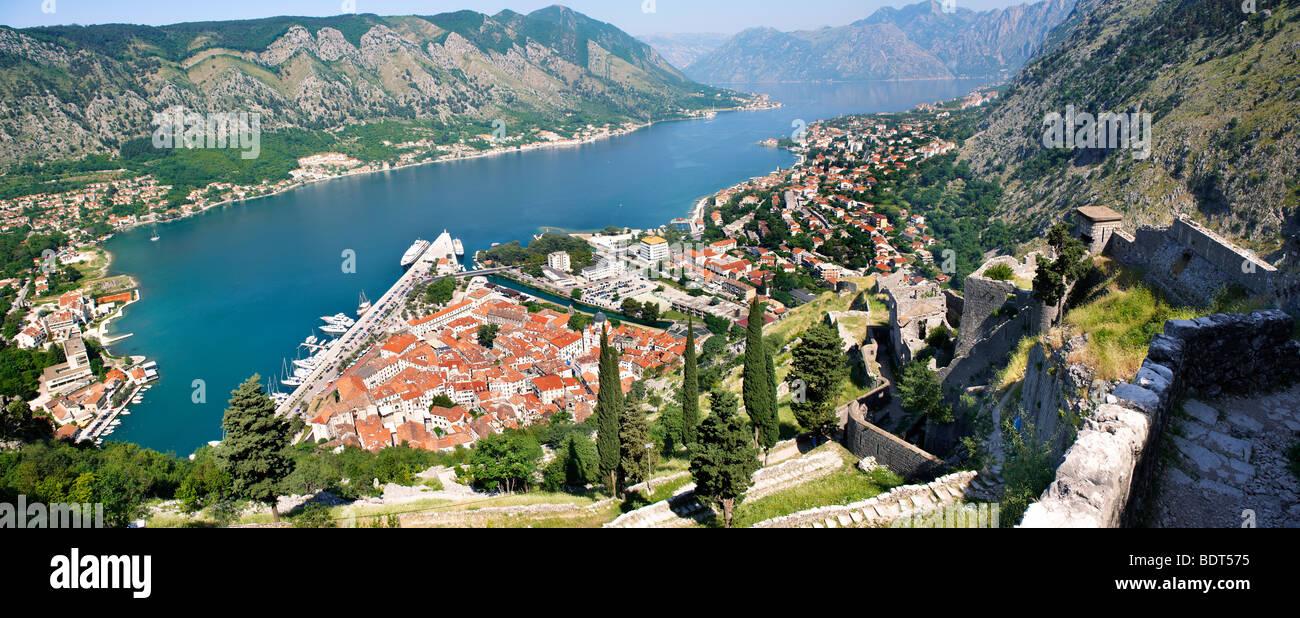 Vista desde la fortificación medieval de la colina arriba a través de los tejados de Kotor y la bahía Imagen De Stock