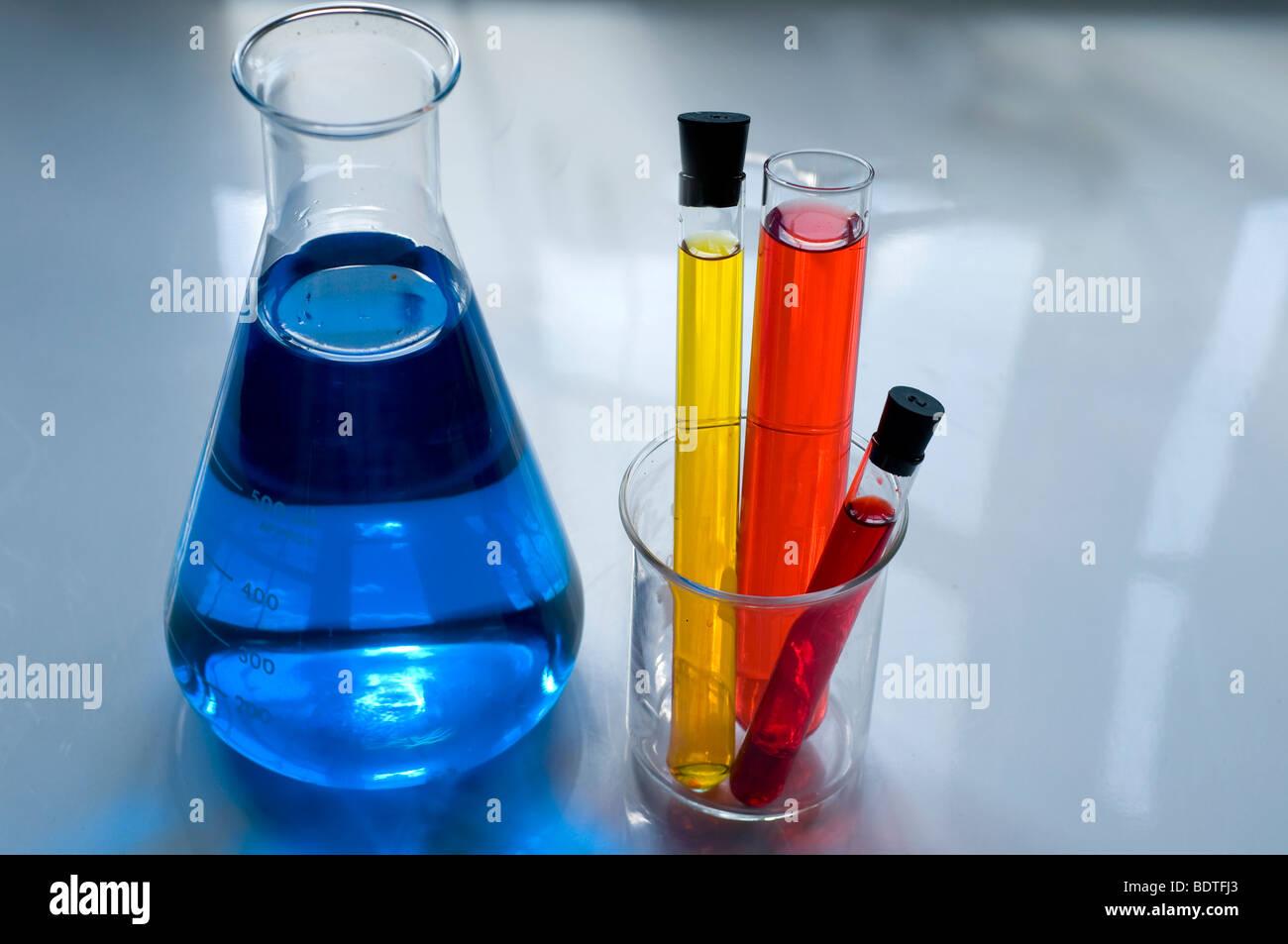 Colección de equipos de laboratorio incluyendo vasos de precipitado y matraces Imagen De Stock