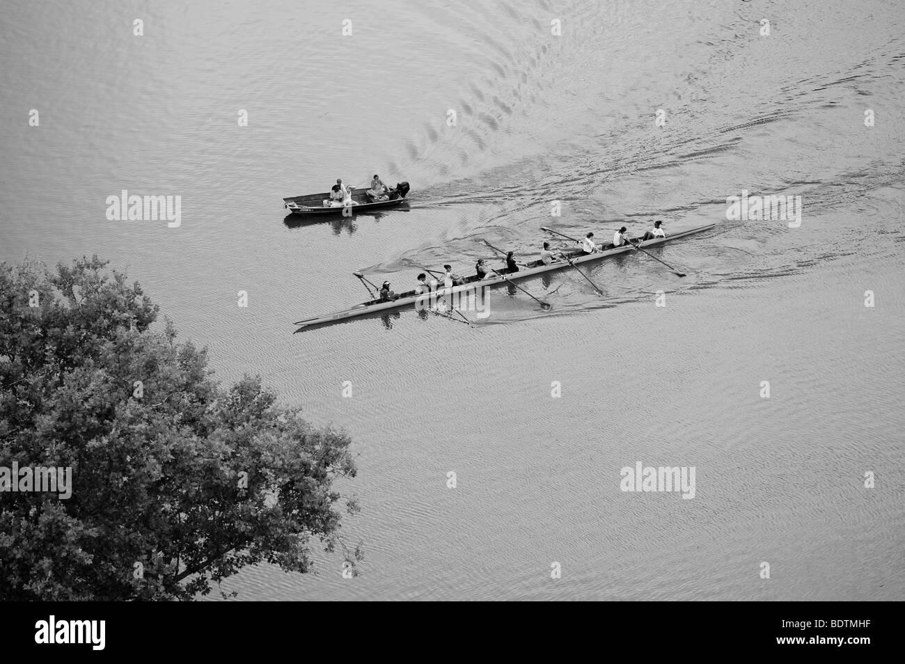 Los remeros de la tripulación la práctica de remo en un 8 / 8 persona cráneo sobre el río Schuylkill Imagen De Stock
