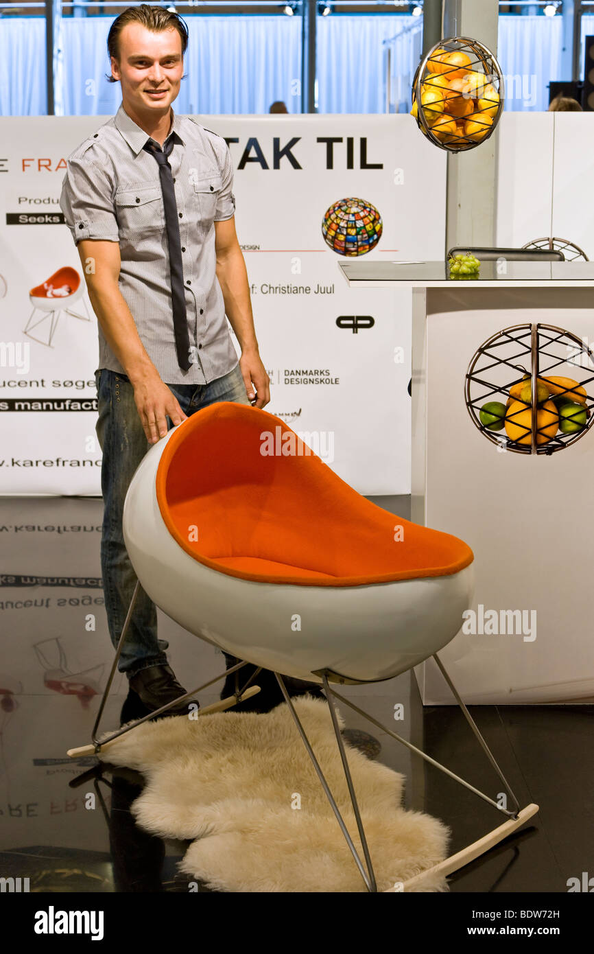 El joven diseñador Christian Juul mostrando un prototipo de su nueva cuna y silla de niños combinados Imagen De Stock