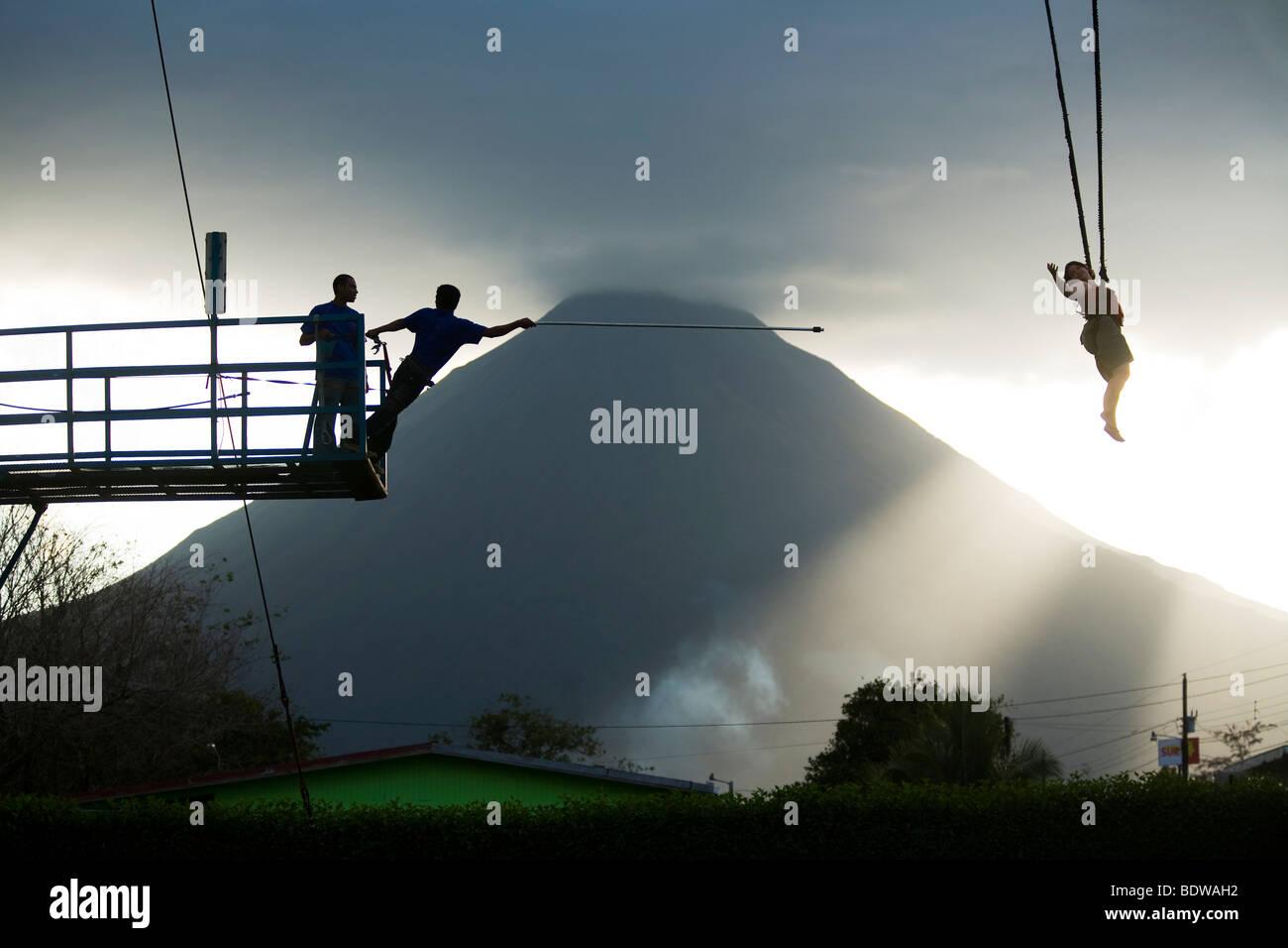 Un cielo grúa catapulta en acción en La Fortuna. Recuperación del puenting Imagen De Stock