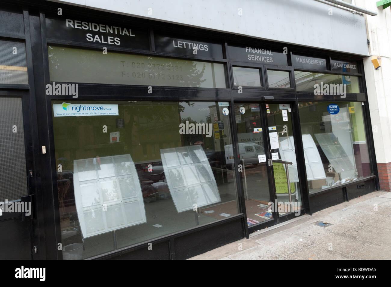 Agente inmobiliario que ha cerrado en la recesión, Londres, Reino Unido. Foto de stock