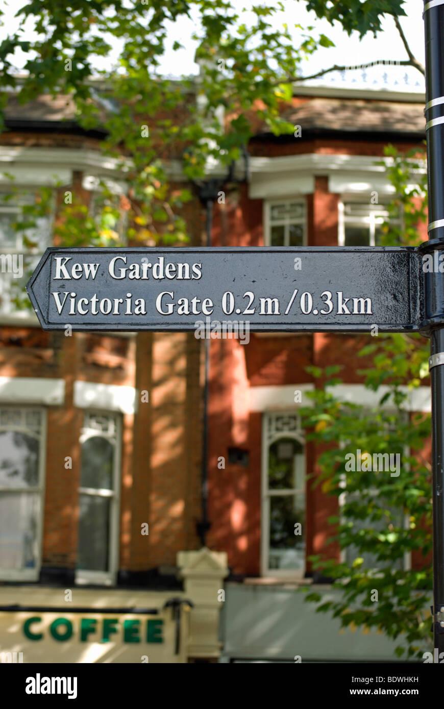 Calle signo de kew gardens y victoria gate, en Kew, en el suroeste de Londres, Inglaterra Foto de stock