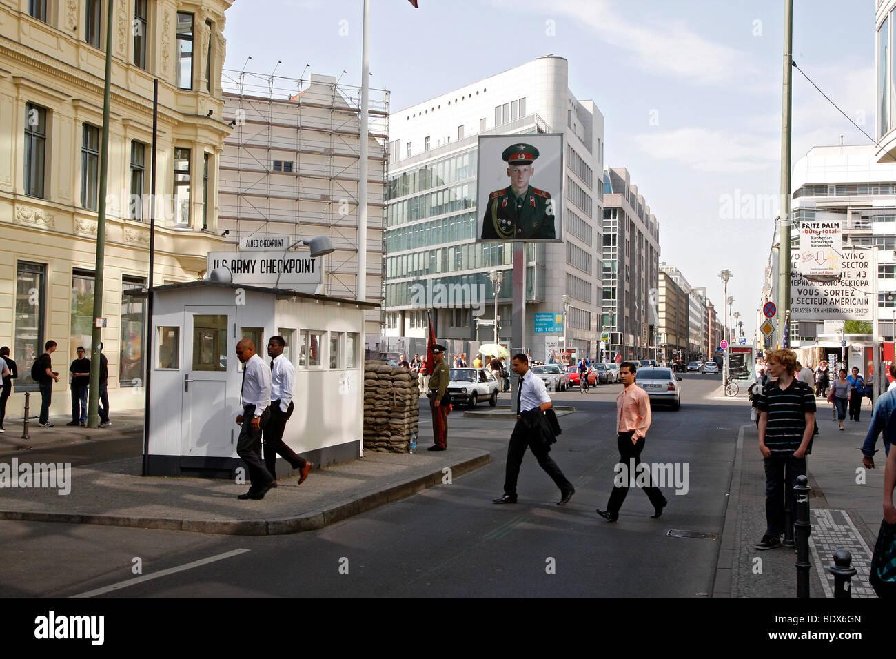 El Checkpoint Charlie, la antigua frontera, Berlín, Alemania, Europa Imagen De Stock